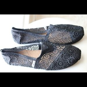 BLACK LACED TOMS